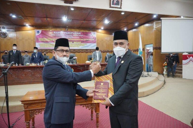 Paripurna Pelantikan dan Pengambilan Sumpah PAW Hasbi oleh Ketua DPRD Tanjab Barat H. Abdullah di ruang Rapat Paripurna DPRD, Senin (21/06/21). FOTO : Istimewa