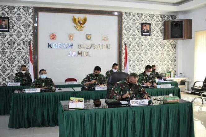 Danrem 042/Gapu Brigjen TNI M. Zulkifli Ikuti Rapat Program Serbuan Vaksinasi Nasional. FOTO : KAPENREM042