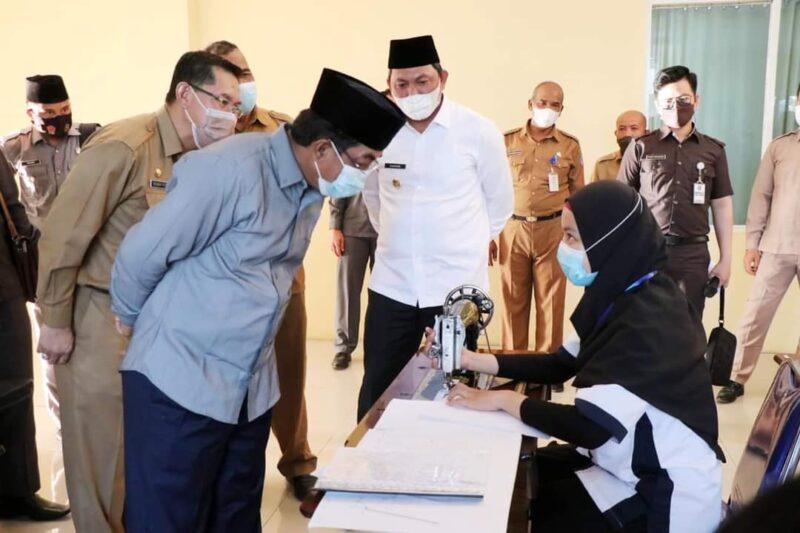 Bupati Tanjab Barat H. Anwar Sadat Melihat Peserta Mejahit. FOTO : Prokopim.