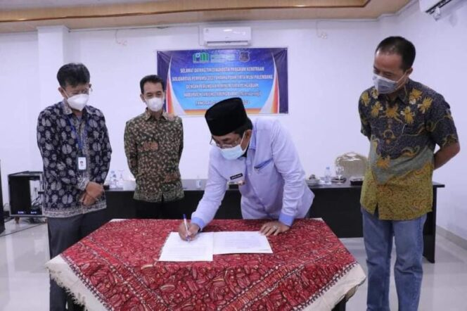 Bupati Tanjabbar H. Anwar Satad saat Menandatangani LOI Program Kemitraan Solidaritas Perpamsi. FOTO : Prokopim.