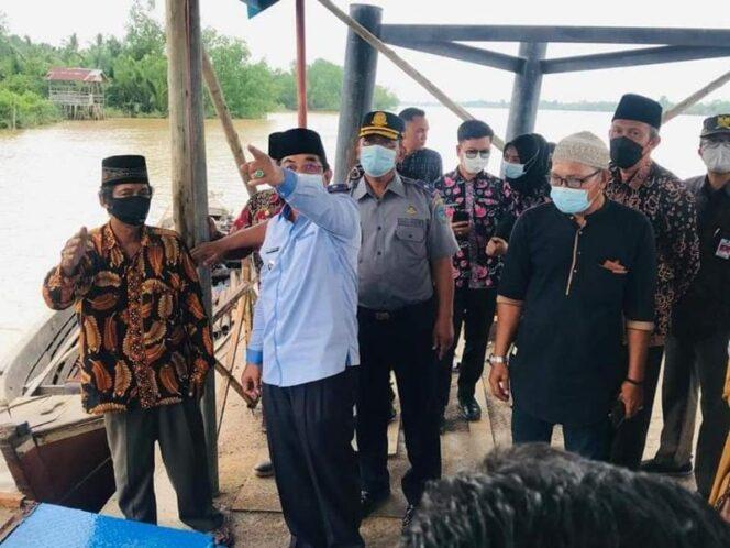 Bupati H. Anwar Sadat Saat Tinjau Halte Sungai Desa Serindit Yang Sempat Rusak, Kamis (24/05/21). FOTO : Andi