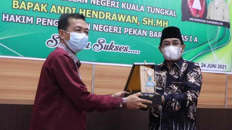 Bupati Anwar Sadat Memberikan Cinderamata Kepada Andi Hemdrawan Ketua PN Kuala Tungkal. FOTO : Prokopim.