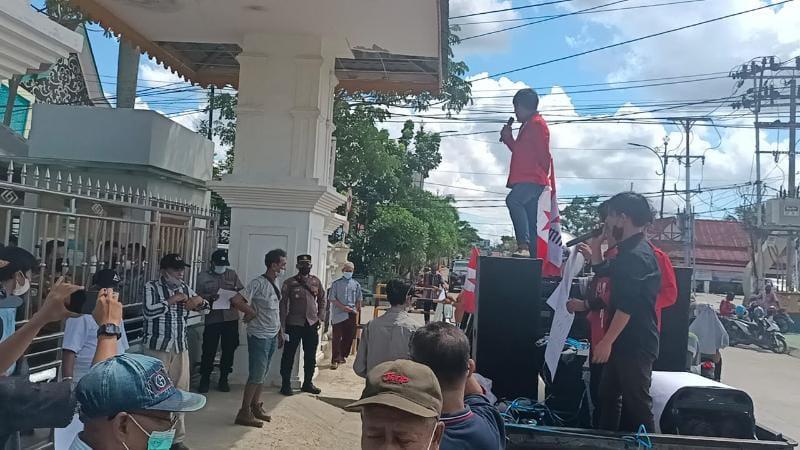 Masyarakat 9 Desa Menyampaikan Orasi Unjukrasa di Depan Gerbang Kantor Bupati, Senin (28/06/21). FOTO : NZ