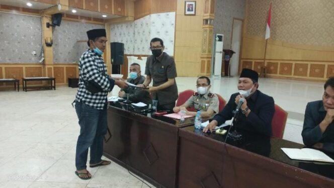 Wakil Bupati Tanjab Barat Hairan, SH Saat Menerima Perawakilan dari warga 9 Desa yang melakukan aksi unjuk rasa di Balai Pertemuan Kantor Bupati, Senin (28/06/21). FOTO : ZN
