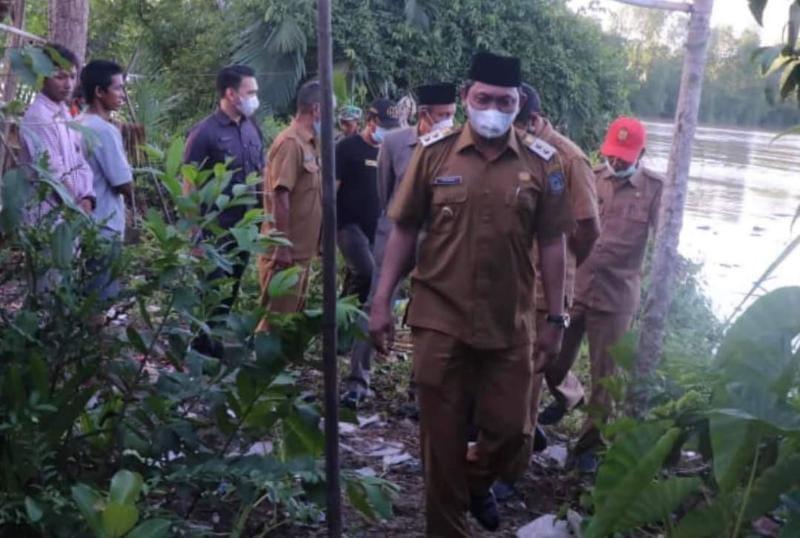 Tinjau Rumah Warga Tertimpa Longsor di Parit Deli, Wabup Hairan Serahkan Bantuan, Senin (28/06/21). FOTO : PROKOPIM.