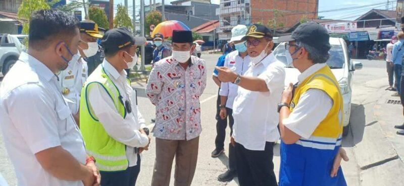 Anggota Komisi V DPR RI Fraksi PAN H. A. Bakri didampingi Bupati Tanjab Barat H. Anwar Sadat kunjungan ke Pelabuhan Roro, Selasa (29/06/21). FOTO : PROKOPIM.