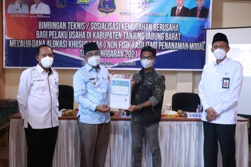 Bupati Tanjab Barat, H. Anwar Sadat pads Acara Membuka Sosialisasi kemudahan bagi para pelaku usaha di lingkup Kabupaten Tanjab Barat, Rabu, (30/06/21). FOTO : PROKOPIM
