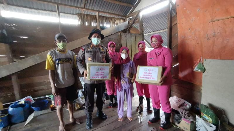 Kegiatan Sambut HKGB ke 69, Bhayangkari Cabang Tanjabbar Berikan Bantuan Sosial pada Warga Terdmapak Longsor di Parit Deli, Sabtu (03/07/21). FOTO : HUMASRESTJB.