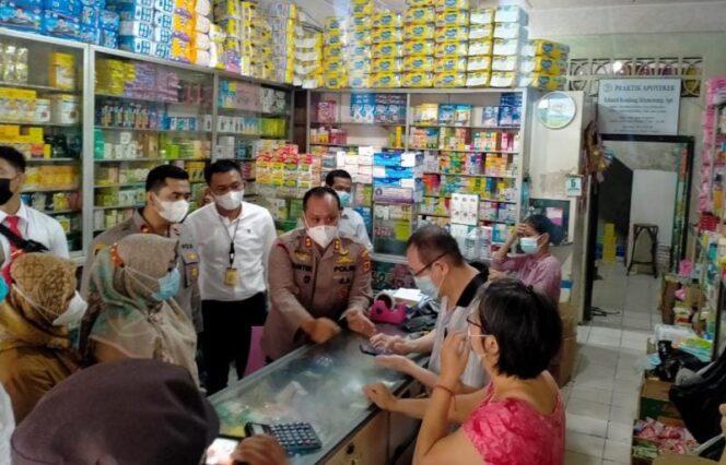Kapolres Tanjab Barat AKBP Guntur Saputro, SIK, MH Bersama Rombongan Saat Sidak Ketersediaan Obat-obatan serta harga obat di Salah Satu Apotek di Kuala Tungkal, Senin (05/07/21). FOTO : HUMASRESTJB
