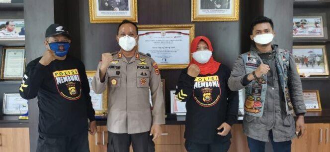FOTO : Kapolres Tanjab Barat AKBP Guntur Sapurto, SIK, MH Saat Melepas Pak Amir dan Istri untuk Melanjutkan Perjalanan di Teras Mapolres, Senin (05/07/21).