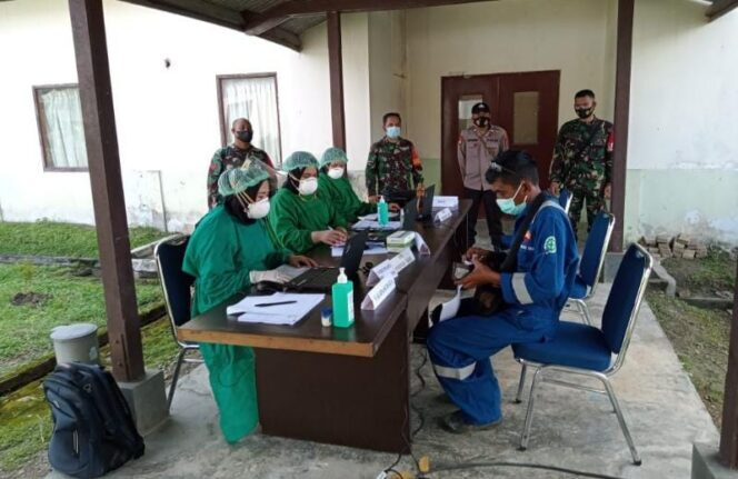 Vaksinasi di BBC Chiyoda di Betara 6 Desa Pematang Lumut Kecamatan Betara. FOTO : ZN
