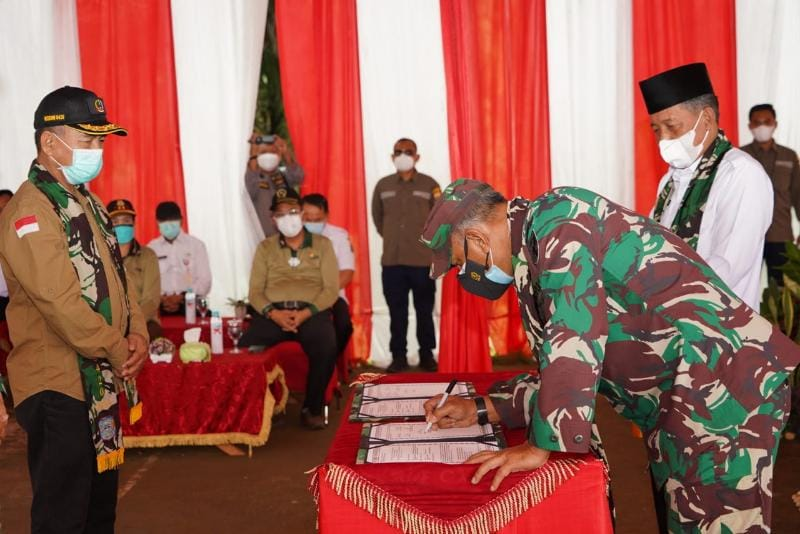 Danrem 042/Gapu Bringjen TNI M. Zulkifli bersama Wagub H. Abdullah Sani pada Acara Penutupan TMMD ke-111 Tahun 2021 di Desa Bukitberingin, Kecamatan Bangko Barat, Kabupaten Merangin, Rabu (14/07/21)