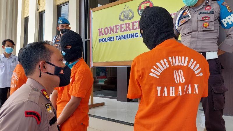 FOTO : Kapolres AKBP Guntur Saputro, SIK, MH didampingi Kasat Reskrim AKP Jan Manto Hasiholan, SH, SIK saat konfrensi pers di Mapolres, Kamis (15/97/21).