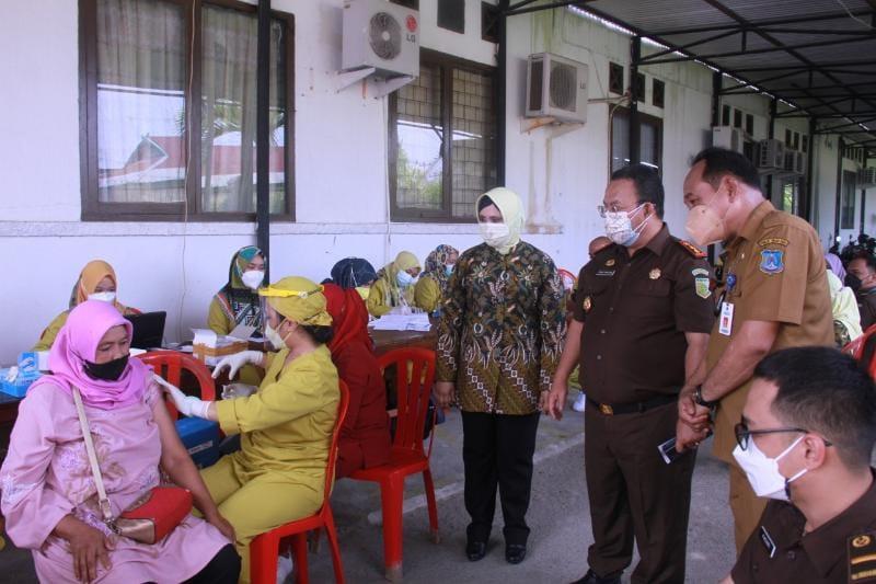 Pelaksanaan Vaksinasi Dalam Rangka HBA ke-61 Kejaksaan Negeri Tanjung Jabung Barat, Senin (19/07/21). FOTO : HB