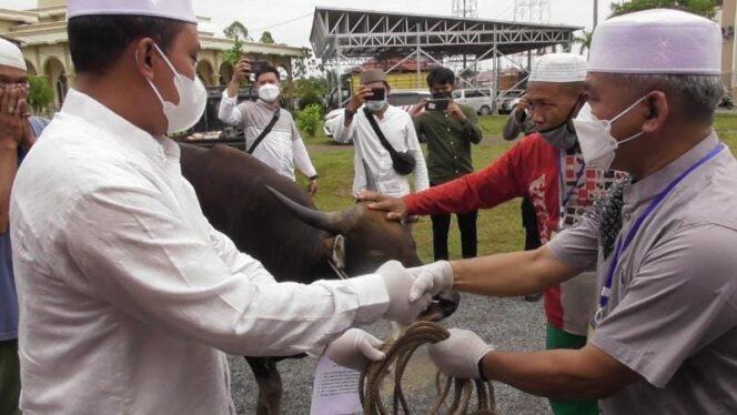 Kapolres AKBP Guntur Saputro, SIK, MH Menyerahan Hewan Qurban secara simbolis kepada Panitia Kurban diwakili Drs. H. Abdul Jalil, MM. FOTO : HUMASRESTJB