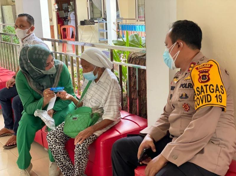 Kapolres Tanjab Barat AKBP Guntur Saputro, SIK, MH dampingi Nenek Minah divaksin, Rabu (21/07/21).