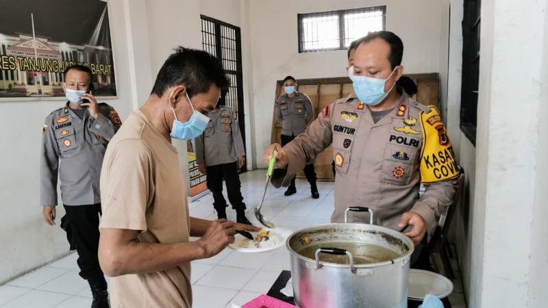 Rayakan Idul Adha Polres Tanjab Barat Gelar Do'a dan Makan Bersama dengan Para Tahanan, Rabu (21/07/21).