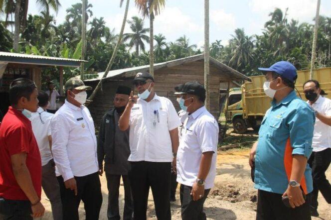 Wakil Bupati Tanjab Barat, Hairan, SH Ketika Neninjau ajalan di Kecamatan Senyerang, Rabu (21/07/21). FOTO : PROKOPIM
