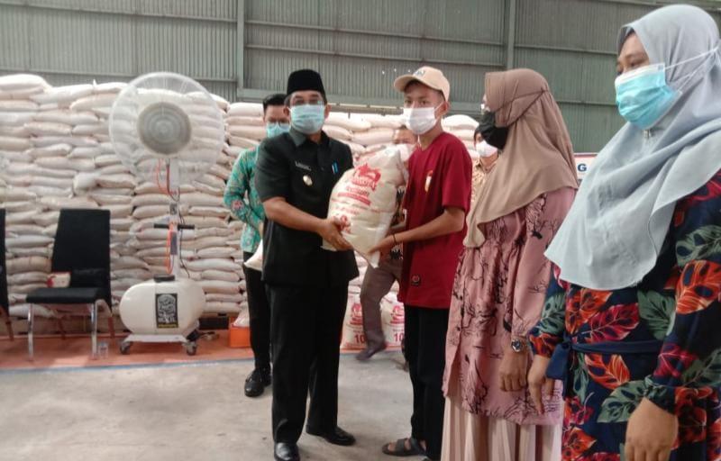 Bupati H. Anwar Sadat saat Launching Penyaluran Perdana Bantuan Beras Pemberlakuan Pembatasan Kegiatan Masyarakat (PPKM) 2021 di Gudang Perum Bulog Kuala Tungkal, Kabupaten Tanjab Barat. Kamis (22/7/21).