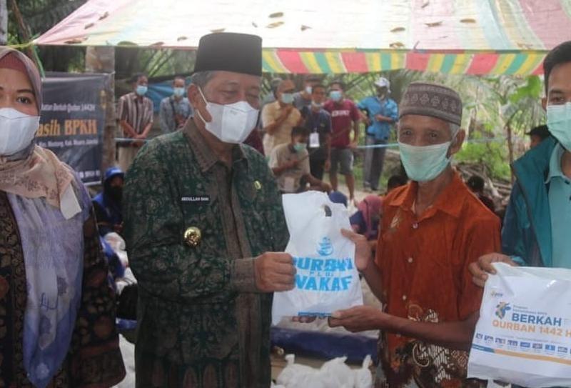 FOTO : Wagub Abdullah Sani Hadiri Penyembelihan Hewan Kurban untuk SAD di Dusun Nebang Parah, Desa Nyogan, Kecamatan Mestong, Muaro Jambi, Kamis (22/07/21).