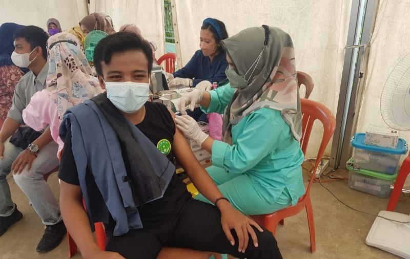 PC PMII dan PC IPNU Polres Tanjab Barat Saat Gelar Vaksinasi Massal di Puskesmas Kuala Tungkal 2 Parit Gompong, Kamis (22/7/21). FOTO : ZN