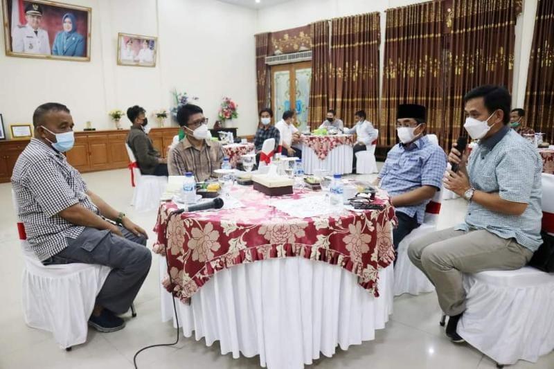 Persentasi kelayakan PT. Sena denga Bupati Tanjab Barat H. Anwar Sadat di Rumah Dinas Bupati, jum'at (23/07/21). FOTO : PROKOPIM