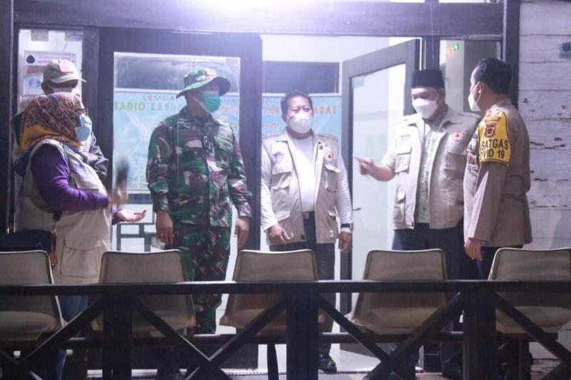 Wakil Bupati Hairan, SH, Dandim 0419/Tanjab Letkol Inf Erwan Susanto, SIP dan Kapolres AKBP Guntur Saputro, SIK Memimpin Patroli Gabungan, Jumat (23/07/21) malam. FOTO : PROKOPIM