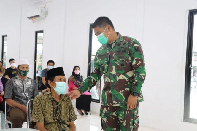 Dandim 0419/Tanjab Letkol Inf Erwan Susanto, SIP Saat Meninjau Serbuan Vaksinasi Covid-19 dosis ke II di Makodim 0419/Tanjab, Sabtu (24/07/21). FOTO : DIM0419/TJB