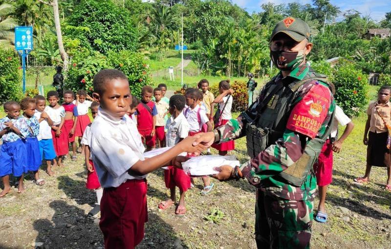 Danpos Kibay Letda Inf Daniel saat membagikan seragam dan sarana sekolah siswa SD Inpres di Kampung Kibay Distrik Arso Timur Kab. Keerom, Papua, Sabtu (24/07/21). FOTO : SATGASPAMTAS