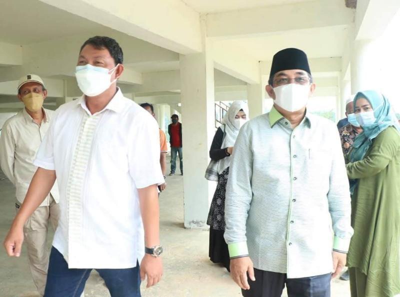 Bupati H. Anwar Sadat didampingi dan Wakil Hairan saat Peninjauan Gedung Balai Adat tersebut, Sabtu (24/07/21). FOTO : PROKOPIM