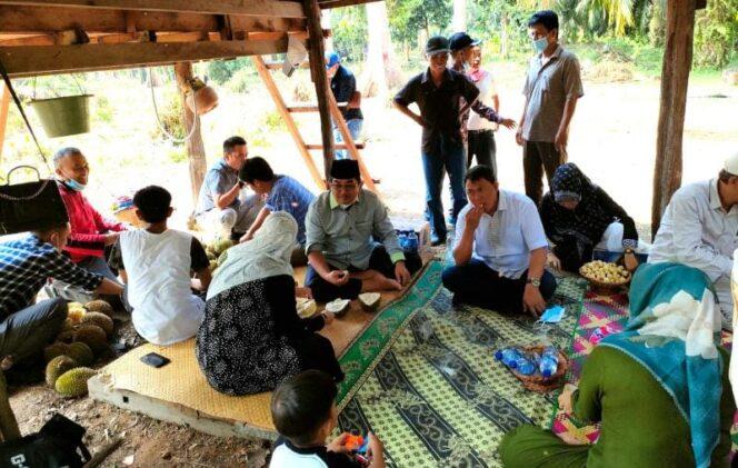 Bupati H. Anwar Sadat dan Wakil Hairan saat Kunjungi Kampung Durian Kumbai di Desa Penyabungan, Merlung, Sabtu (24/07/21). FOTO : PROKOPIM