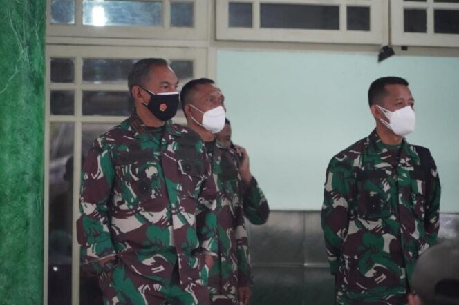 Komandan Korem 042/Gapu, Brigjen TNI M Zulkifli Saat Meninjau Vaksinasi Massal di Makorem, Sabtu (24/07/21). FOTO : PENREM042GAPU