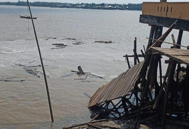 Bangunan Pelabuhan Bongkar Muat Milik Syahbandar di Kecamatan Tanah Merah (Kuala Enok), Kabupaten Indragiri Hilir yang Hilang Terbawa Longsor, Minggu (25/07/21). FOTO : arbindonesia.com