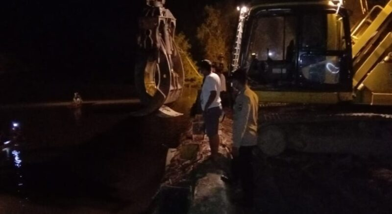 FOTO : Petugas Polsek Tebing Tinggi dan Masyarakat Melakukan Pencarian Korban di Sekitar TKP.