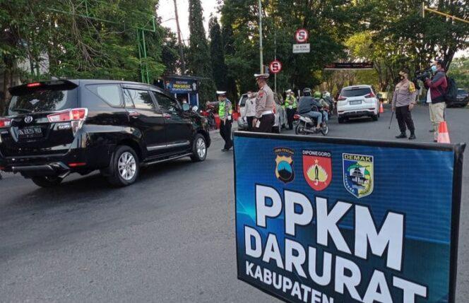 Satlantas Polres Demak Jawa Tengah memeriksa setiap kendaraan yang masuk ke Kota Demak saat melakukan penyekatan di pertigaan Bogorame Jalan Sultan Fatah Demak, Selasa (06/07/21) sore.(KOMPAS.COM/ARI WIDODO)