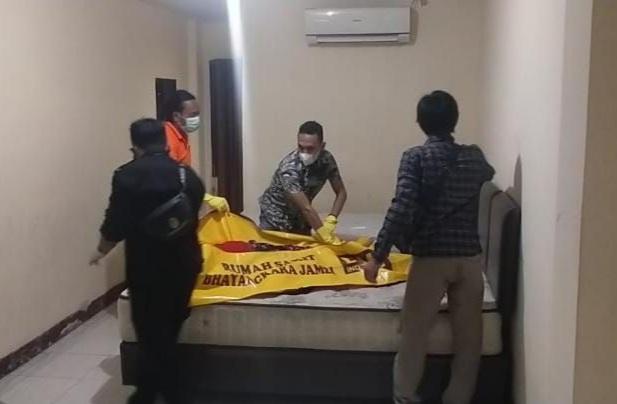 Petugas Polsek Pasar Jambi Melakukan Evakuasi Jasad Korban dari Dalam Kamar Hotel, Kamis (29/07/21). FOTO : POLSEKPASARJAMBI