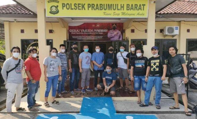 Terduga Pelaku Pembuhuhan Plt Kepala BPBD Meraingin Saat Diamankan di Polsek Prabumulih Barat, Jumat (30/07/2).