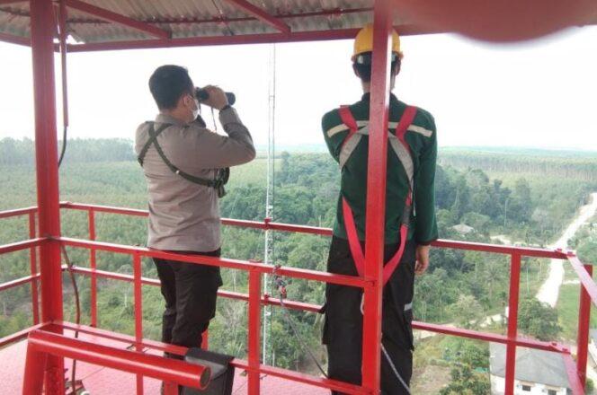 Kapolsek Tebing Tinggi IPTU Windy TK Saat Lakukan Pemantauan Via Menara Api di Distrik I PT WKS, Jumat (30/07/21). FOTO : POLSEK