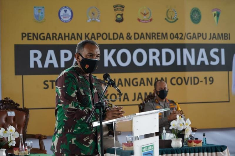 Danrem 042/Gapu Ikuti Rakor Strategi Penanganan Covid 19 Wilayah PPKM Level 4 Kota Jambi. FOTO : PENREM042GAPU