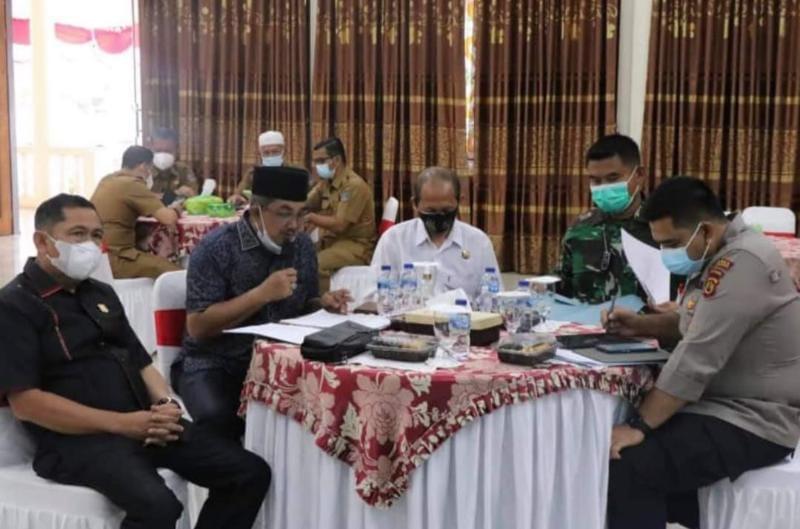 Bupati H. Anwar Sadat Saat Pimpin Rapat Bersama Pemkab Tanjab Barat dan Satgas COVID-19 di Rumah Dinas Bupati, Senin (02/08/21). FOTO : PROKOPIM