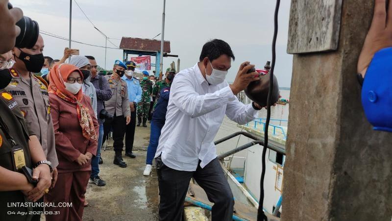 Wabup Hairan saat Meremikan Peluncuran Puskesmas Pelampung Polri di Pelabuhan TPI Kuala Tungkal, Rabu (04/08/21).