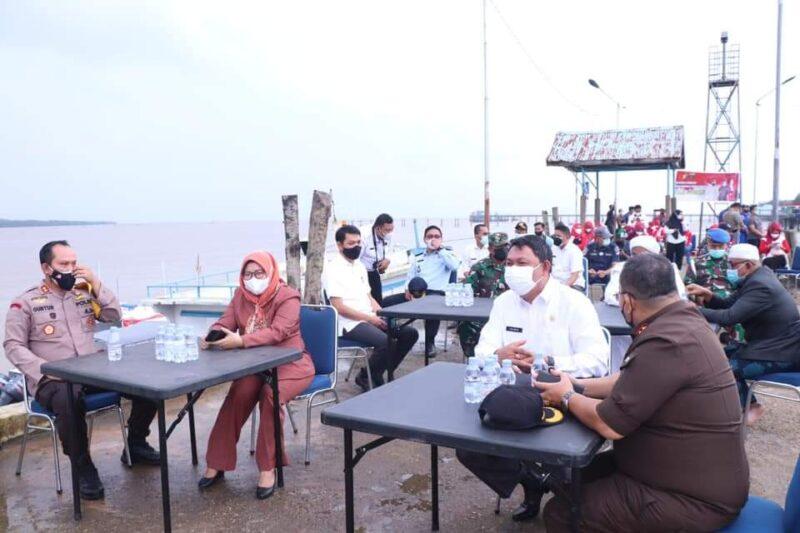 FOTO : Kapolres Tanjab Barat AKBP Guntur Saputro, SIK, MH saat Sambutan Peluncuran Pelampung Polri di di Pelabuhan TPI Kuala Tungkal, Rabu (04/08/21).