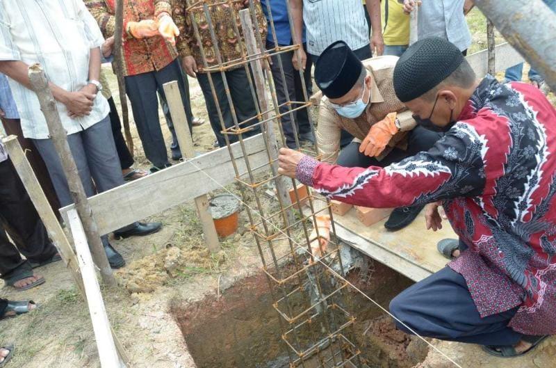 Peletakan Batu Pertama Musholla Al Ghiffari Bagan Pete Oleh Wawako Jambi RT 21 Kelurahan Bagan Pete, Kecamatan Alam Barajo Jambi, Minggu (07/8/21). FOTO : ISTIMEWA.