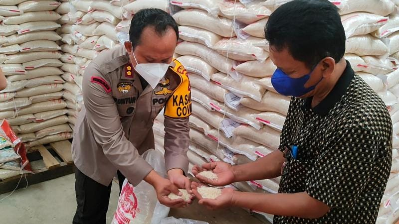 Kapolres Tanjab Barat AKBP Guntur Saputro, SIK, MH dan Kadis Perindag Syafriwan Memeriksa Sampel Beras Bantuan untuk KPM di gudang Bulog Kuala Tungkal, Minggu (08/08/21).