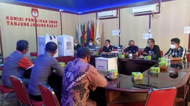 KPU Tanjab Barat Gelar Acara Pengosongan Kotak Suara Logistik eks Pemilu (Pilkada) Serentak Tahun 2020 gudang logistik KPU, Kamis (12/08/21). FOTO : ZN