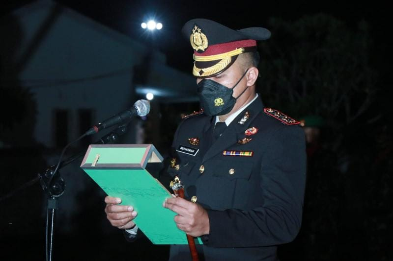 Kapolres Tanjab Barat AKBP Muharman Arta, SIK Saat Apel kehormatan dan renungan suci di Taman Makam Pahlawan (TMP) Yudha Satria Pengabuan, Senin (16/8/21).