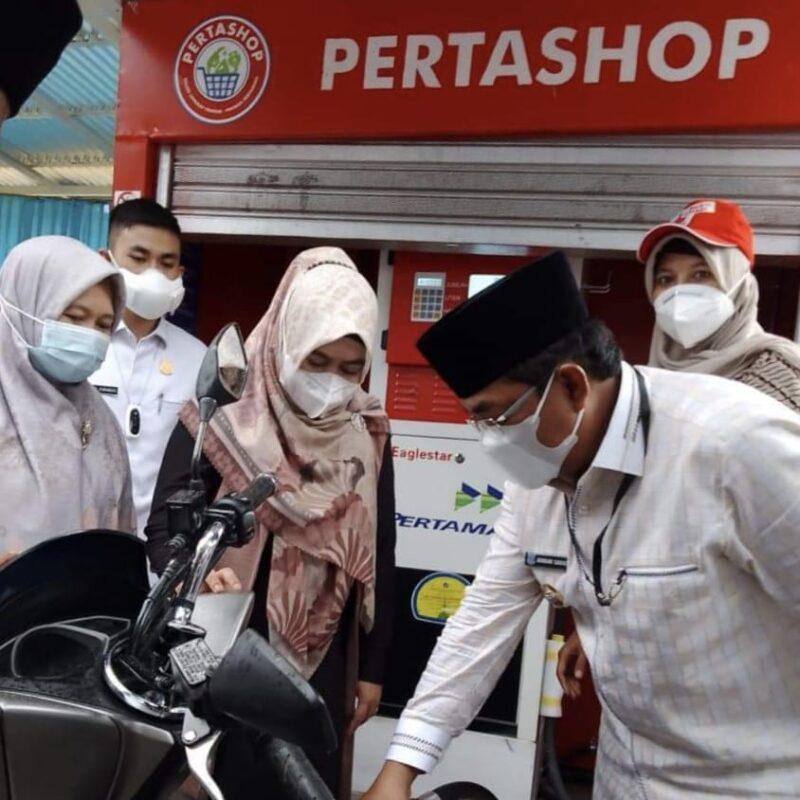 Pengisian BBM Perdana ke Tangki Sepeda Motor oleh Bupati Anwar Sadat.