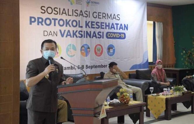 Gubernur Al Haris saat Meninjau Vaksinasi di Sentra Vakain di Grand Hotel Jambi, Senin (06/9/21). FOTO : Media Group.