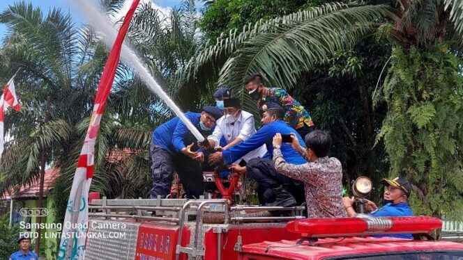 Bupati Tanjab Barat H. Anwar Sadat Saat Semprotkan Air Tangki Mobil Damkar Resmikan Kantor Pos Pemadam Kebakaran (Damkar) di Kelurahan Mekar Jaya, Kecamatan Betara, Kamis (09/9/21).
