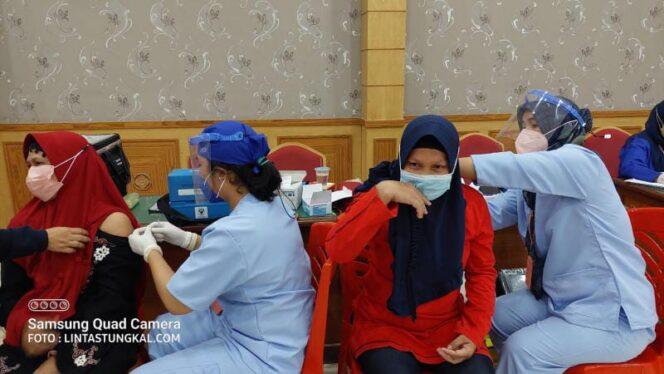 FOTO : Pelaksanaan Vaksinasi Covid-19 oleh Dinas Kesehatan Kabupaten Tanjung Jabung Barat di Balai Pertemuan, Sabtu (11/9/21).
